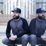 Hombre con barba hipster y gorra