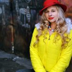 Mujer con sombrero rojo retro
