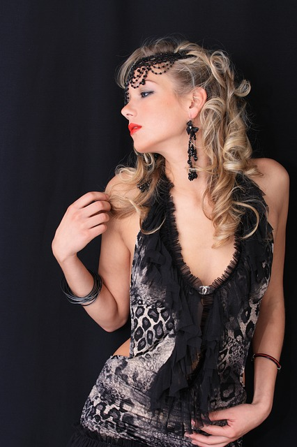 Mujer con complementos vintage