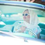 Mujer con estilo de 1950 conduciendo
