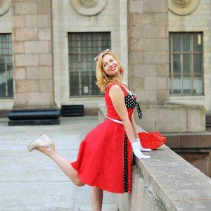 Mujer vintage con vestido rojo